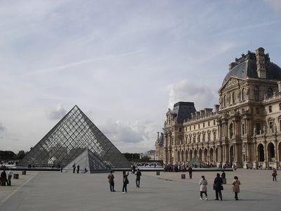 Louvre og pýramídinn við aðalinnganginn